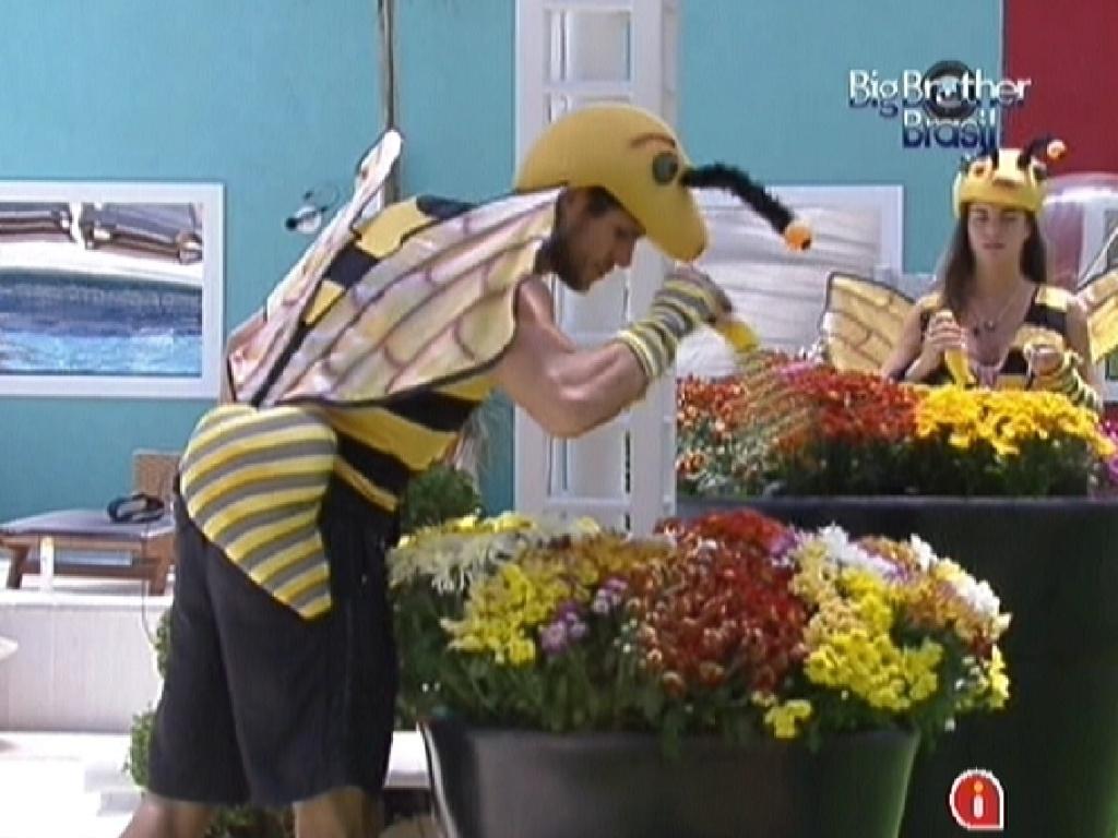 Jonas e Laisa polinizam as flores do jardim no castigo do monstro (5/2/2012)