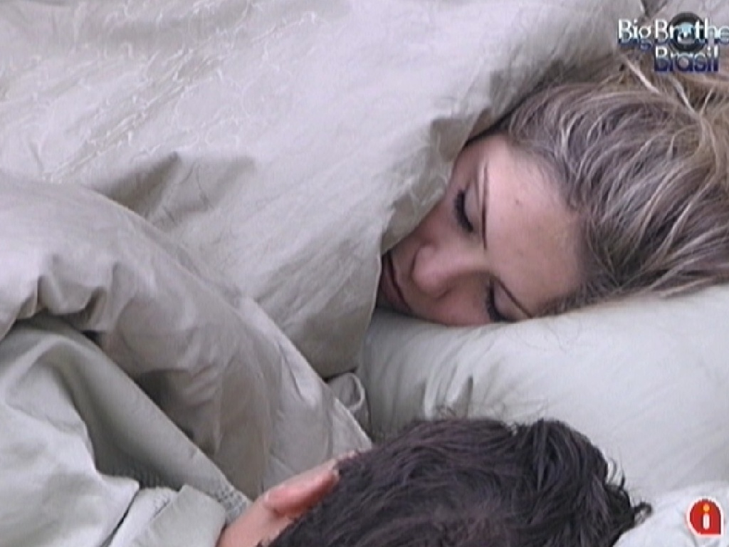 Renata e Ronaldo conversam no quarto do lder sobre o voto da lder (5/3/2012)