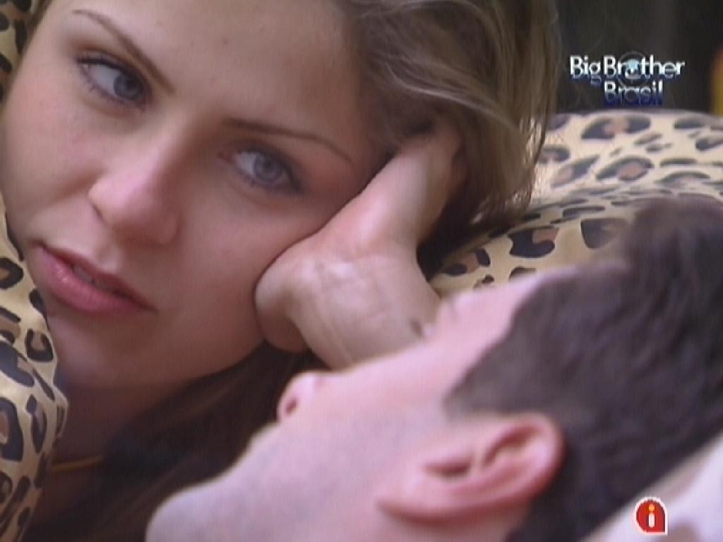 Renata e Ronaldo conversam no quarto Floresta (5/2/12)