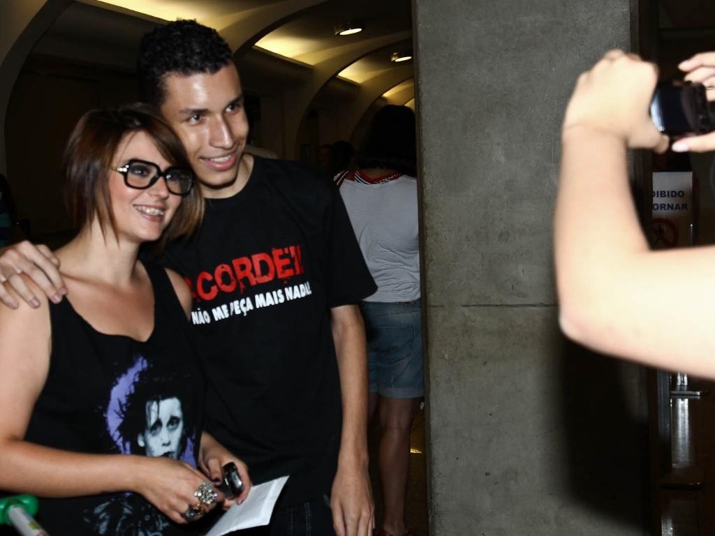 Ex-BBB Mayara tira foto com fã no aeroporto de São Paulo (5/2/2012)