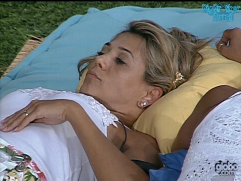 Fabiana conversa com Kelly após briga (5/2/12)