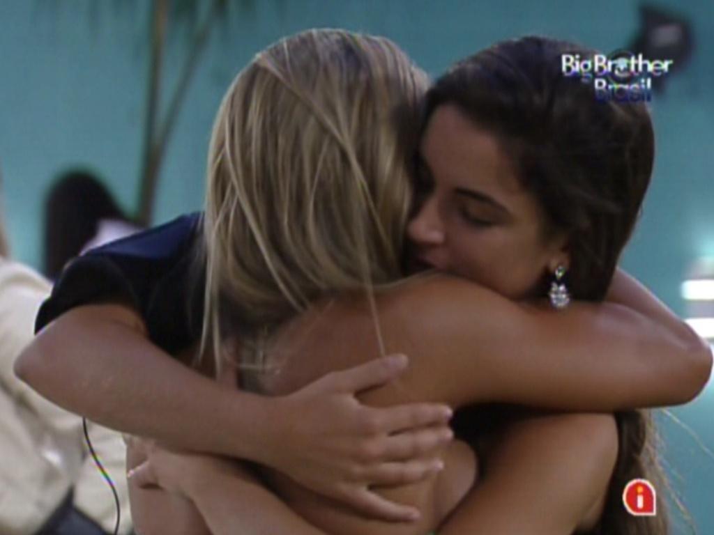 Laisa abraça a emparedada Fabiana (5/2/12)