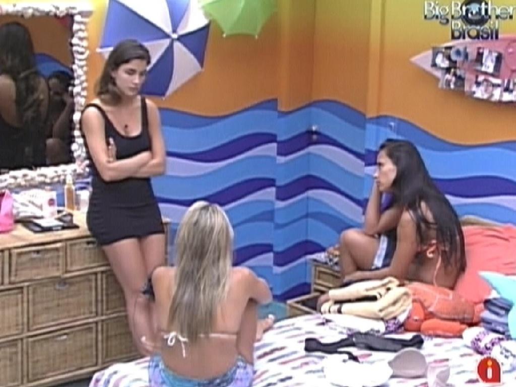 Laisa (esq.) conversa com Fabiana e Kelly (dir.) sobre paredão (6/2/2012)