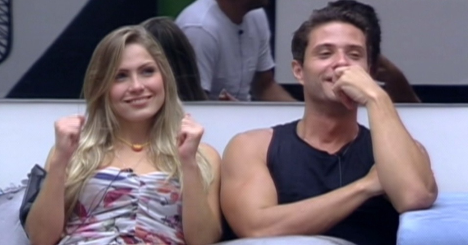Renata sorri ao falar com Bial (6/2/12)