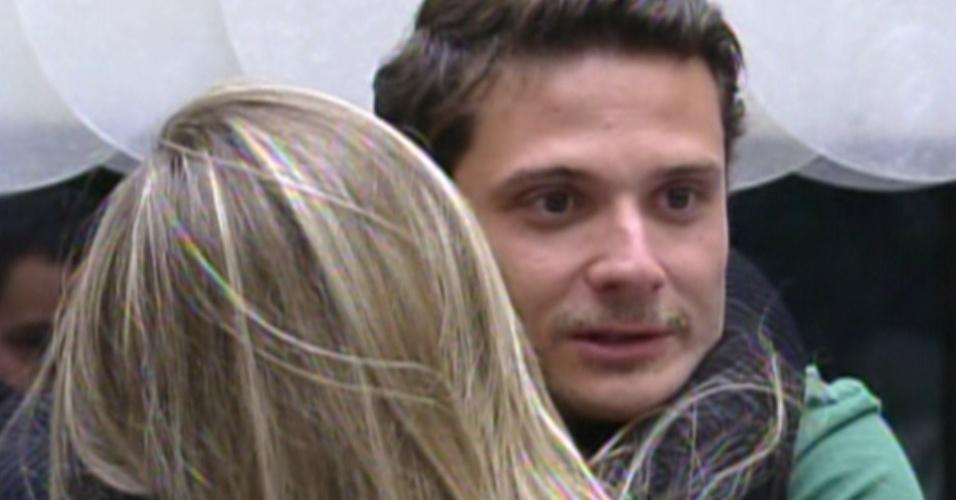 Ronaldo é abraçado por Renata (5/2/12)