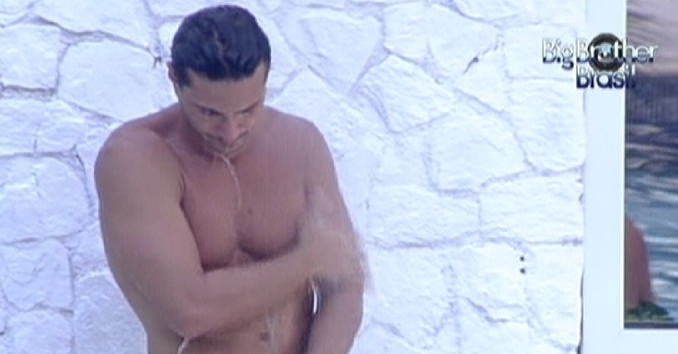 Ronaldo toma ducha aps banho na piscina (6/2/12)