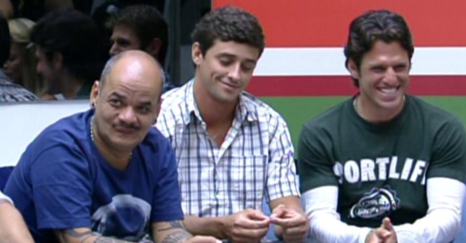 Bial brinca com João Carvalho sobre seu ronco (7/2/12)