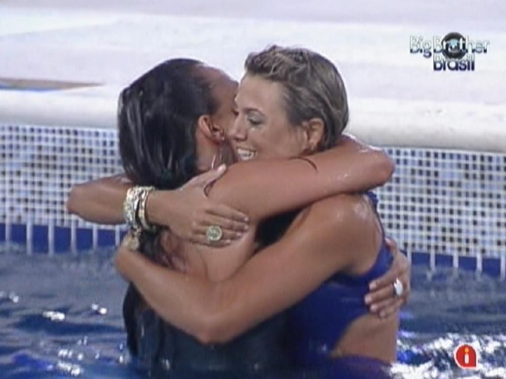 Kelly (esq.) e Fabiana (dir.) se abraçam após a garota-propaganda sobreviver ao quarto paredão (7/2/12)