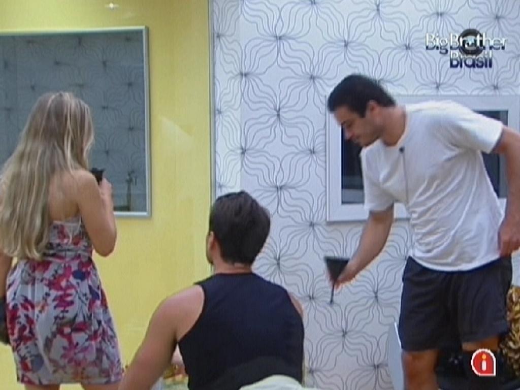 Renata, Ronaldo e Rafa tomam cerveja no quarto do líder (6/2/2012)