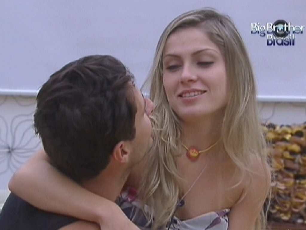 Ronaldo chama e Renata senta em seu colo no quarto do lder (6/2/2012)