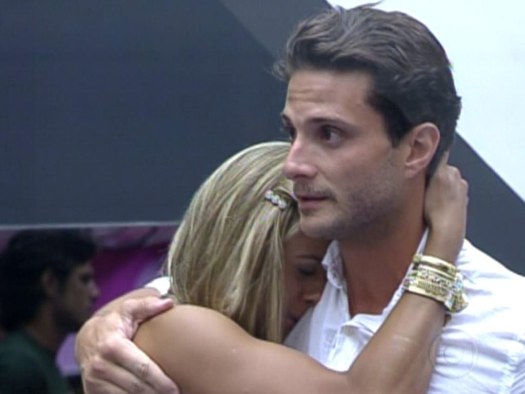 Ronaldo é abraçado por Fabiana após ser eliminado do