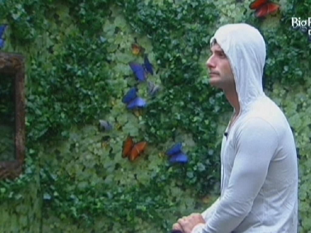 Ronaldo, que está no paredão, fica minutos pensativo no Quarto Selva (7/2/12)