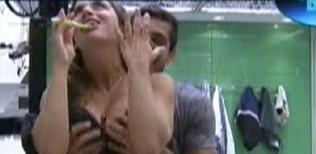 Yuri pega nos seios de Laisa enquanto ela escova os dentes (6/2/2012)