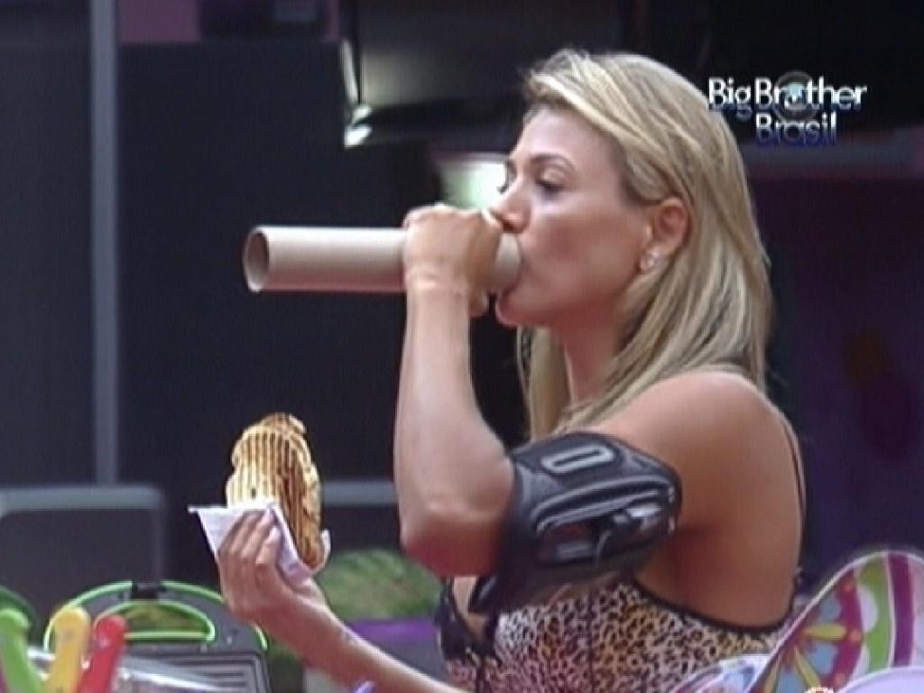 Fabiana imita locutora de rádio na cozinha (8/2/12)