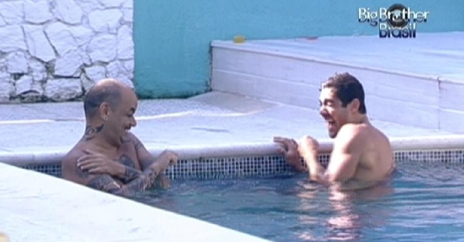 João Carvalho (esq.) e Yuri (dir.) conversam descontraídos na piscina (8/2/12)