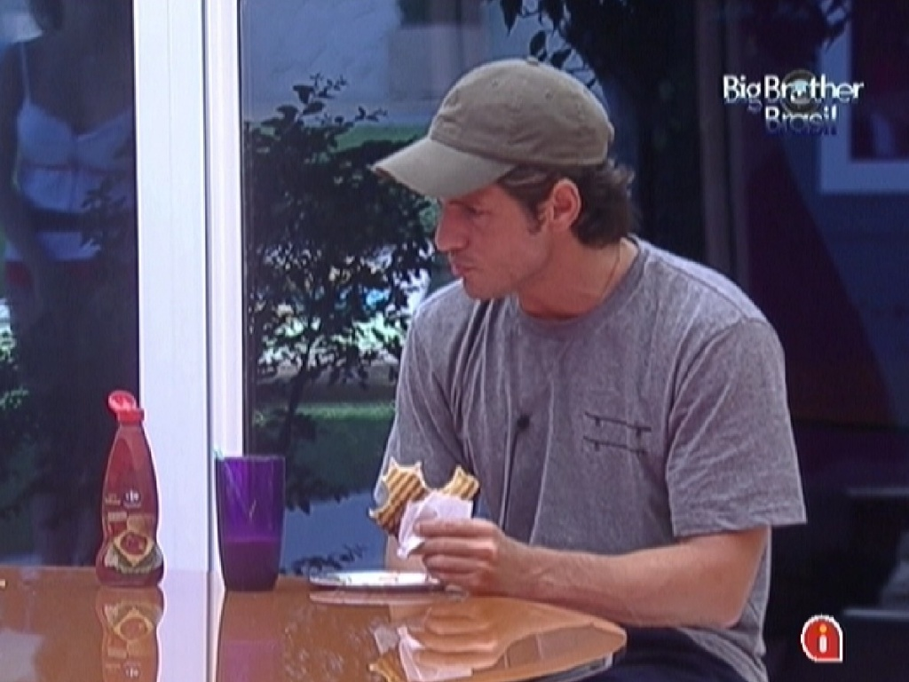 João Maurício come um sanduíche no café da manhã (8/2/12)