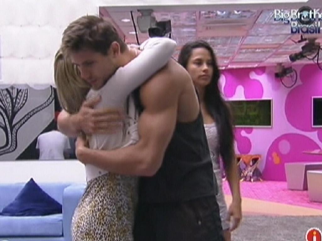 Jonas abraça Fabiana que venceu o quarto paredão do programa (8/2/12)
