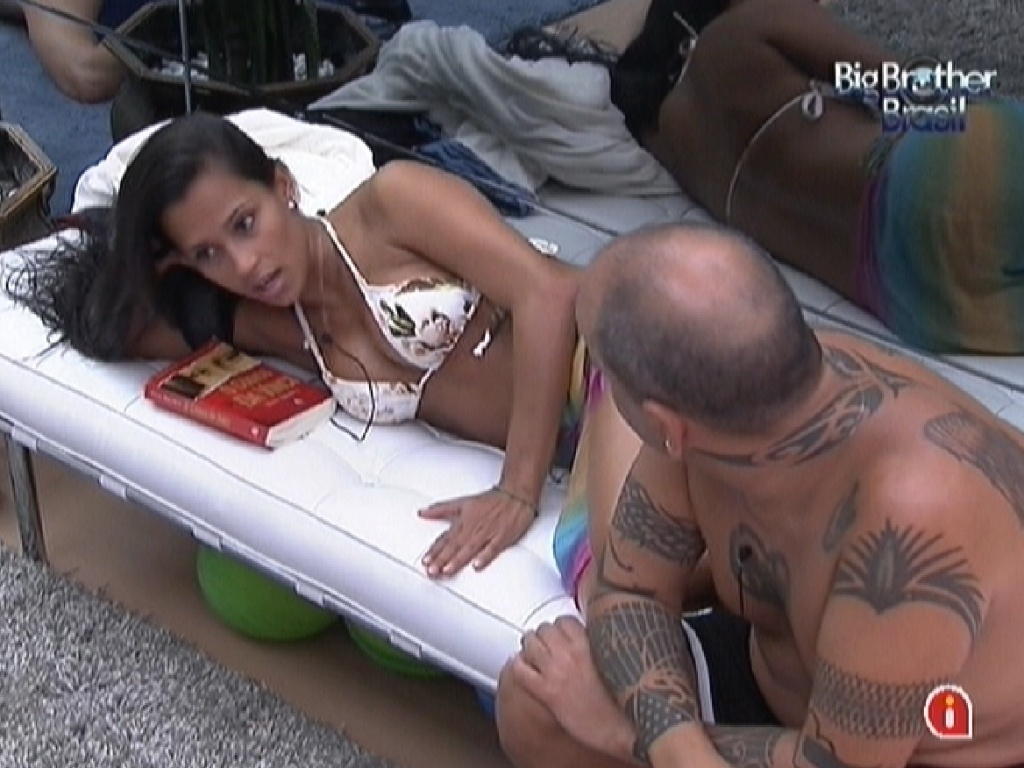 Kelly e Joo Carvalho conversam no sof sobre Arraial d'Ajuda (8/2/12)