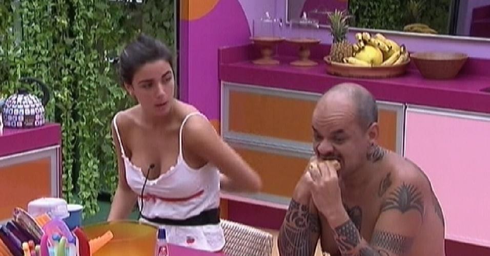 Laisa e João Carvalho tomam café da manhã na cozinha (8/2/12)