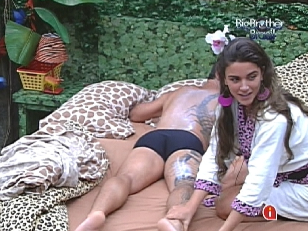 Laisa passa hidratante em Yuri (8/2/12)