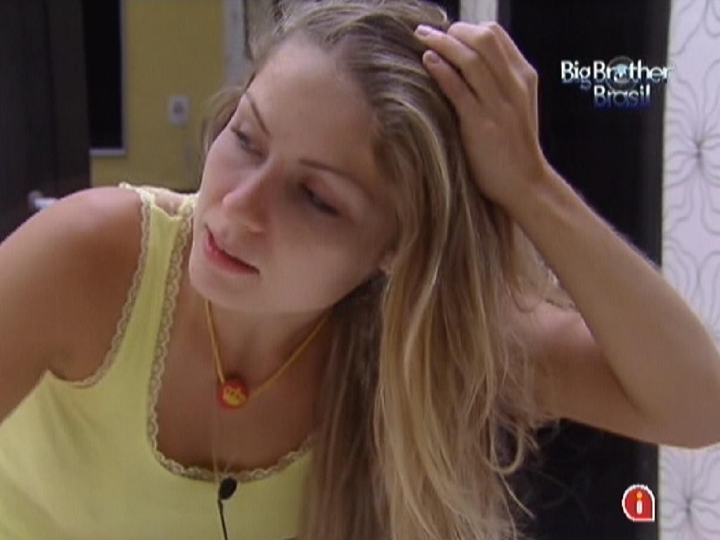 Renata fala sobre os cantores Michel Teló e Luan Santana no quarto do líder (8/2/12)