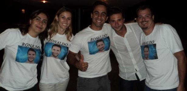 Ronaldo (segundo à direita) posa com os amigos, após sair do