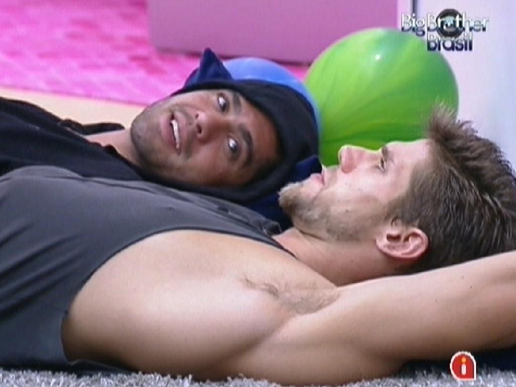 Yuri e Jonas conversam deitados no chão (8/2/12)