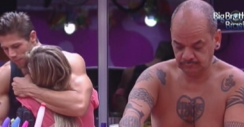 João Carvalho cozinha enquanto Jonas abraça Renata (9/2/12)