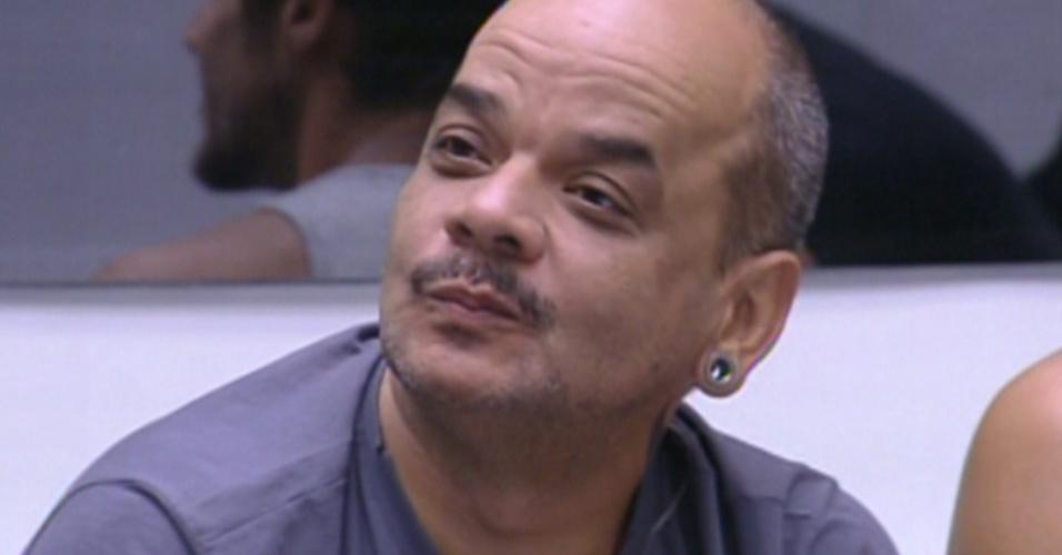 João Carvalho diz para Bial que está tentando parar de fumar (9/2/12)