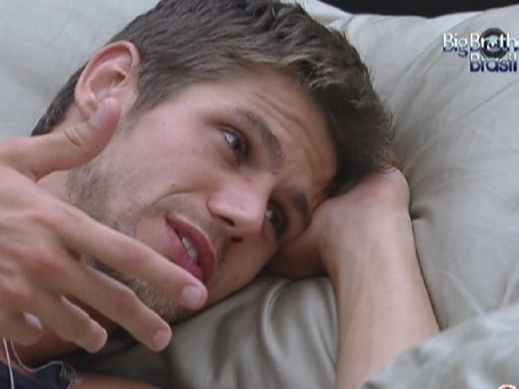 Jonas volta para o quarto do líder durante a manhã e conversa sobre jogo com Renata (9/2/12)