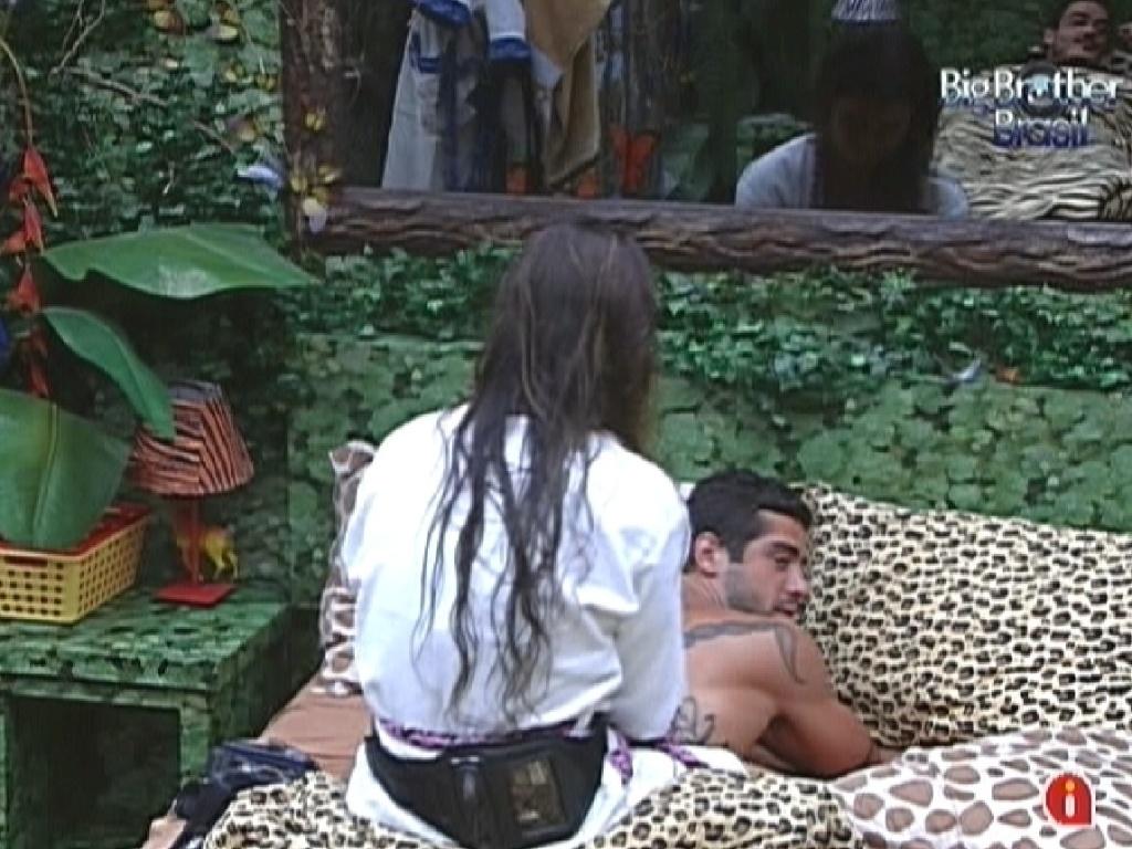 Laisa faz massagem nas costas de Yuri (9/2/12)