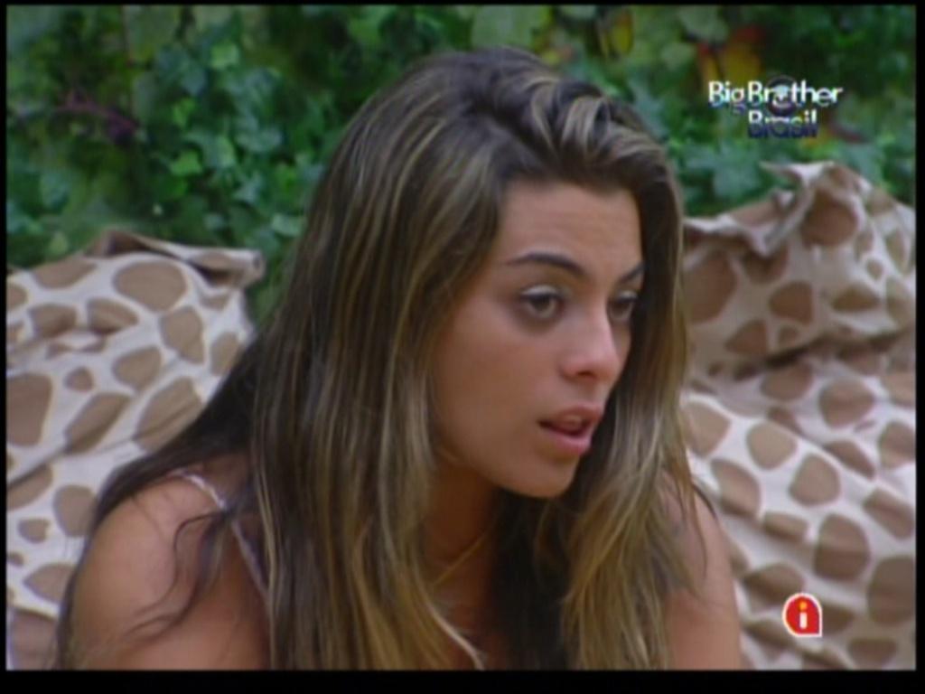 Monique está brava com atitude de Renata (8/2/12)