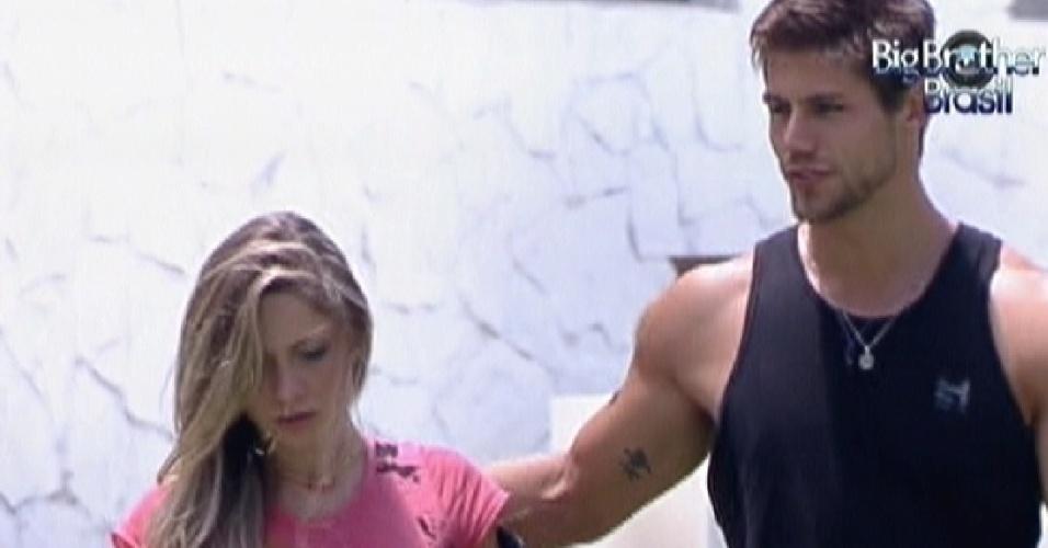 Renata e Jonas conversam sobre Monique (9/2/12)