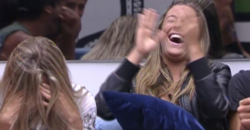Renata e Monique riem após Bial dizer que Jonas é o responsável por João Carvalho parar de fumar (9/2/12)