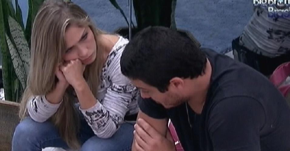 Renata e Rafa conversam pouco antes da prova do líder (9/2/12)