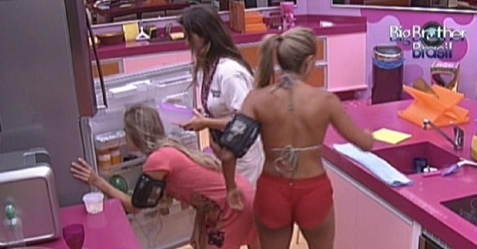 Renata, Laisa e Fabiana preparam um lanche na cozinha (9/2/12)
