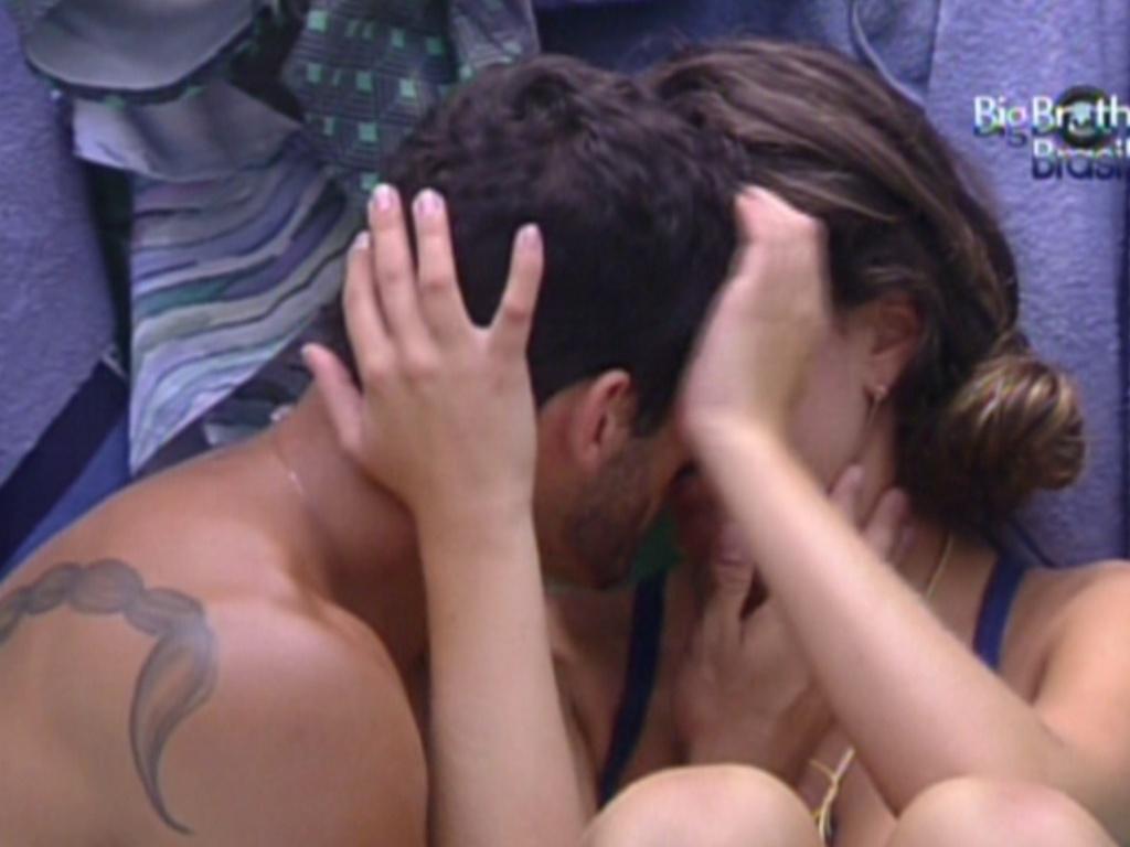 Yuri e Laisa se beijam após a gaúcha ganhar novamente a liderança (9/2/12)