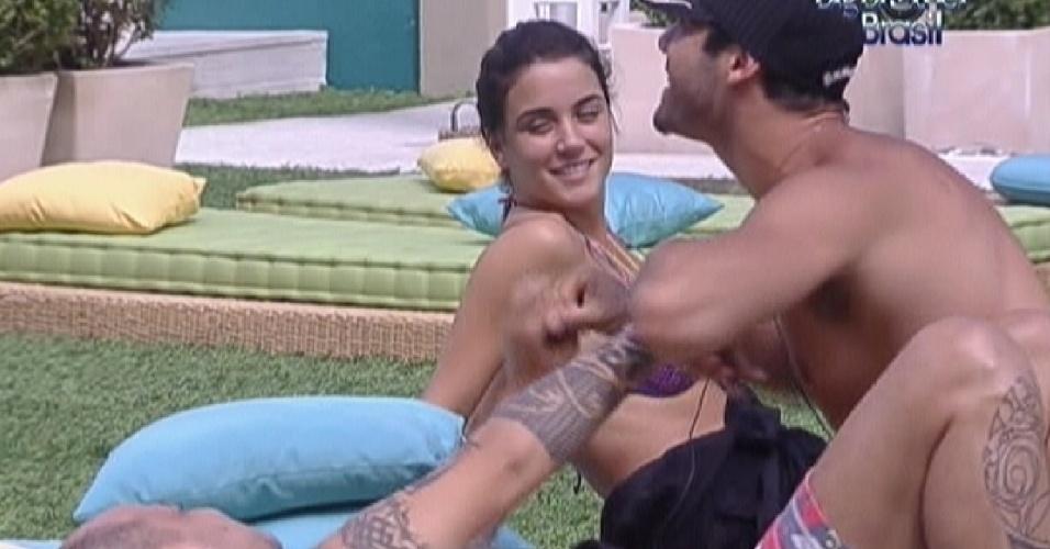Deitados no futon, Yuri faz cócegas na barriga de João Carvalho (10/1/12)