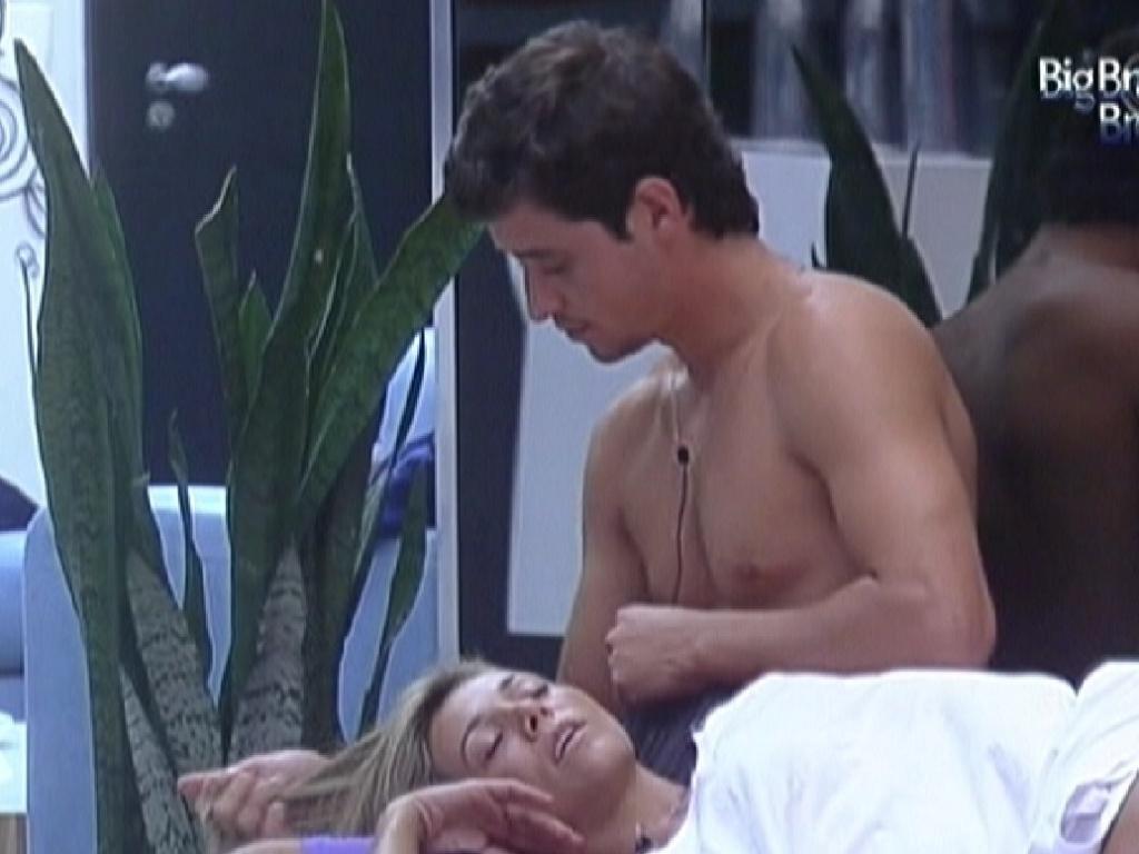 Fael faz carinho em Fabiana enquanto sister dorme em seu colo (10/2/12)