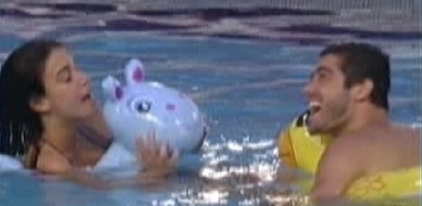 Laisa e Yuri usam bóias para nadar na piscina (10/2/12)