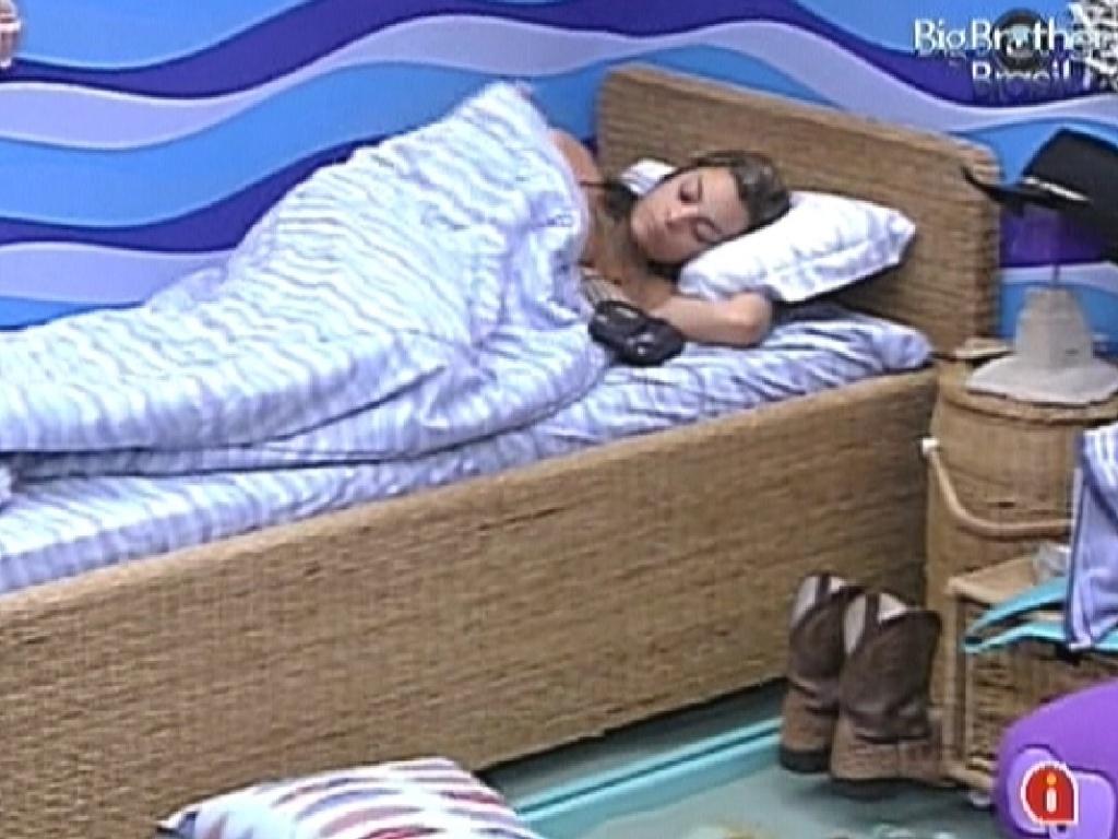 Monique deita sozinha no quarto Praia, depois de se irritar com Rafa (10/2/12)