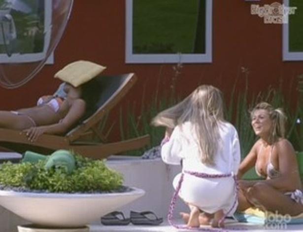 Renata e Fabiana conversam na beira da piscina (10/2/12)