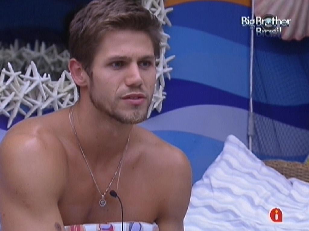 Jonas comanda conversa sobre estratégia de votos no quarto Praia (11/2/12)