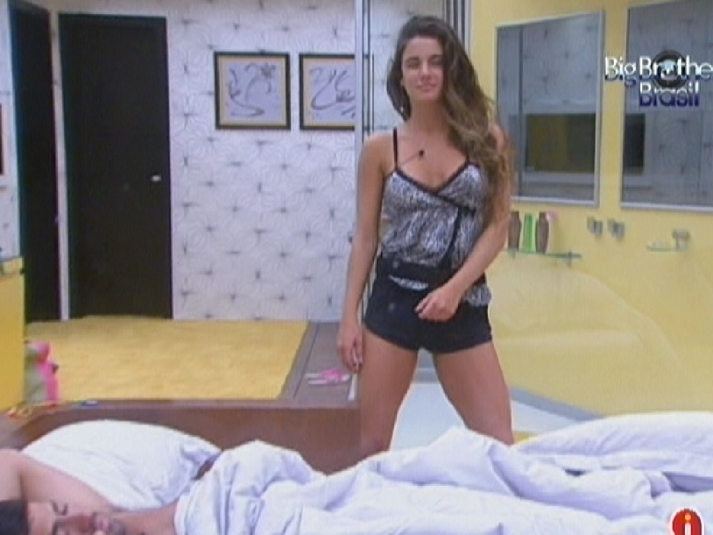 Laisa acorda e dana no quarto do lder (11/2/12)