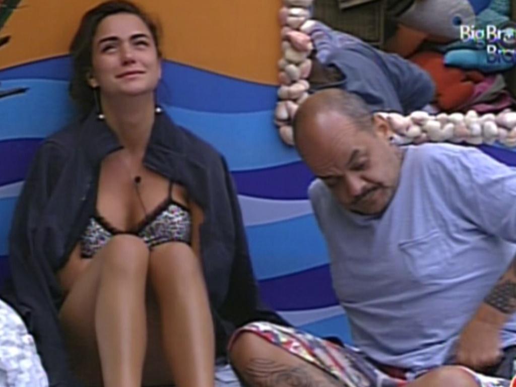 Laisa chora e é consolada por João Carvalho (10/2/12)