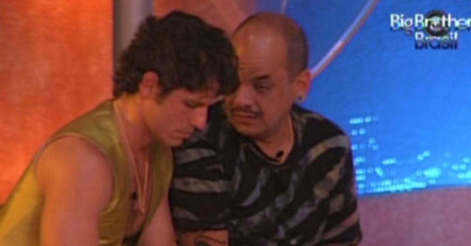 João Carvalho e João Maurício acorrentados na festa Árabe (11/2/12)