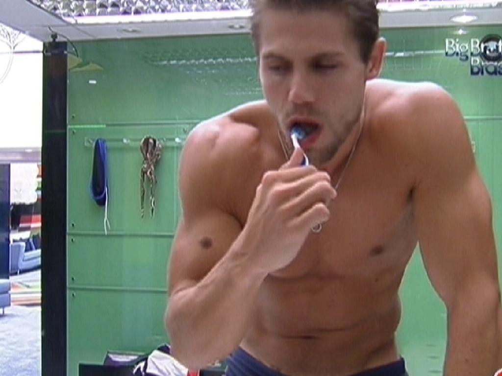 Jonas escova os dentes (12/2/12)
