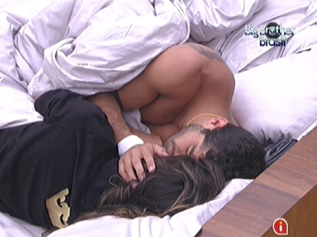 Laisa e Yuri trocam carinhos no quarto do lder (12/2/12)
