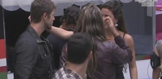 A líder Laisa tenta conversar com Jonas após colocá-lo no quinto paradão no programa (12/2/12)