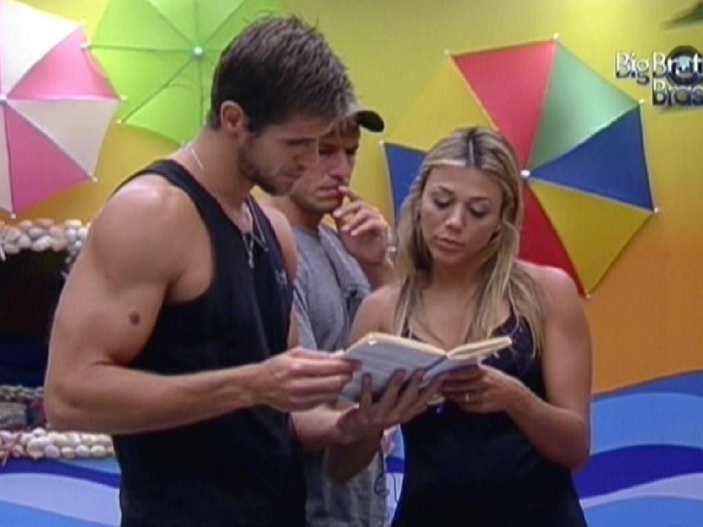 Fabiana lê trecho de livro para Jonas e João Maurício (13/2/12)